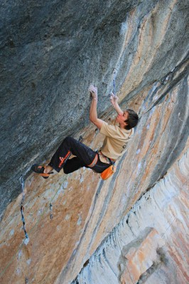 Ruben on the black and orange streaks of Can Piqui Pugui (Siurana) trying A Muerte © Firnenburg Archive